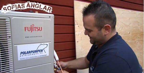 Nenad installerar med glädje en av luft-luftvärmepumparna.
