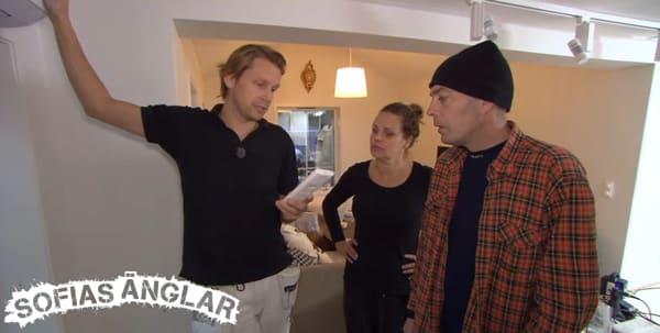 Anna och Tony blir instruerade om hur värmepumparna fungerar.