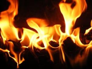 en mysig brasa ger värme till jul