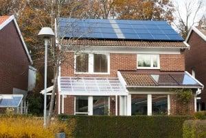 Per har solfångare och solpaneler på taket