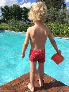 Pojke vid uppvärmd pool