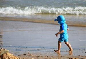 Varm sommar - barn på stranden