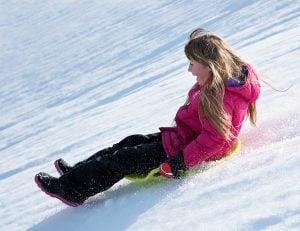 Kall vinter - barn åker pulka