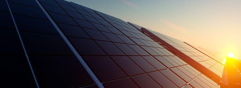 Solen skiner på solceller